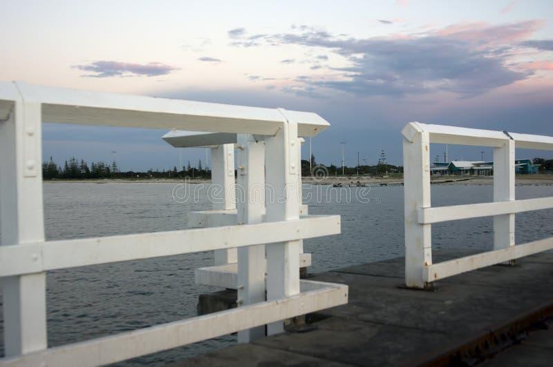Por do sol sobre a costa vista do molhe, Busselton, WA, Austrália imagem de stock royalty free