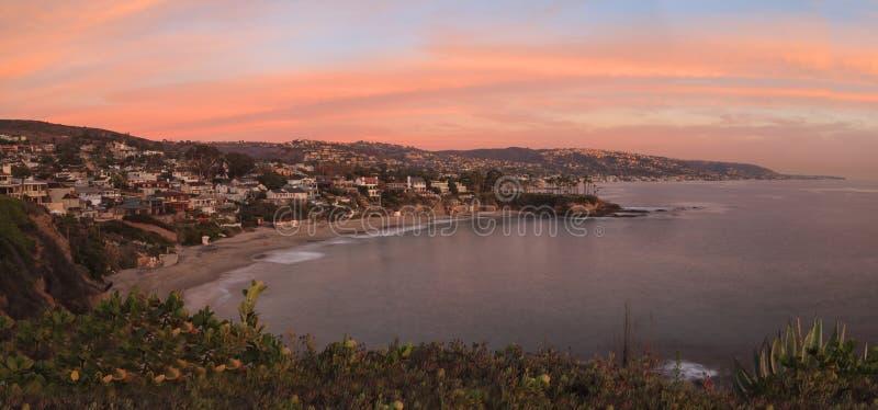 Por do sol sobre Crescent Bay no Laguna Beach imagem de stock royalty free
