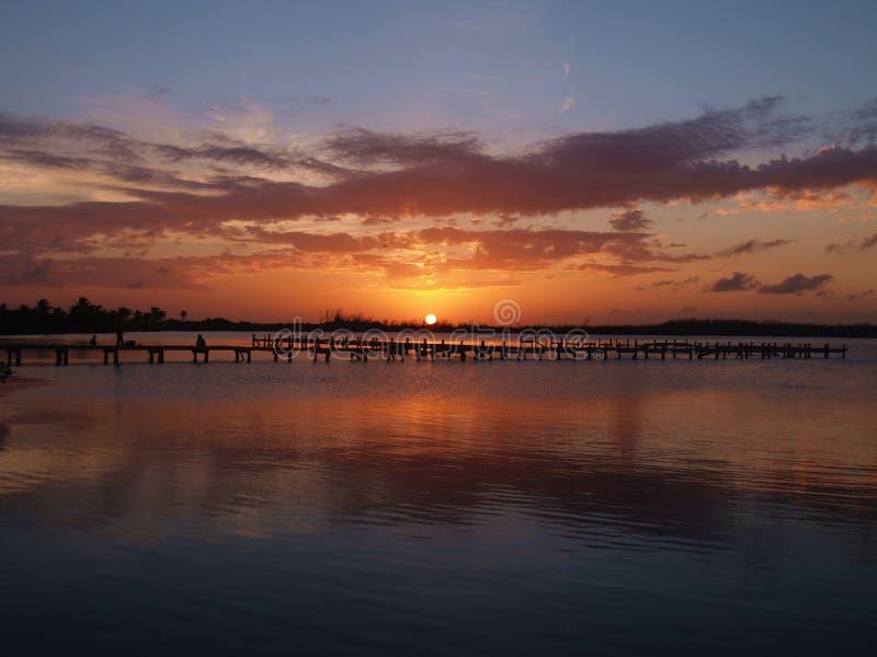 Por do sol sobre a doca no louro de Cancun fotografia de stock