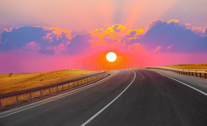 Download Por Do Sol Sobre A Estrada Do País Foto de Stock - Imagem de verde, campo: 80100122