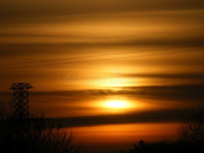 Por do sol sobre fios de telefone, Irlanda do westport fotografia de stock