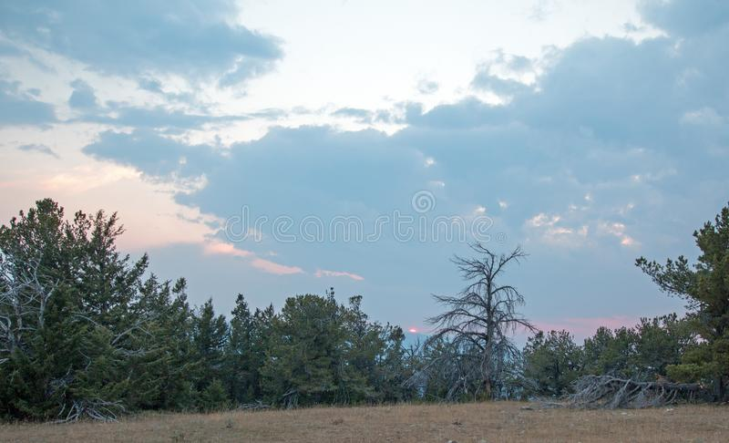 Por do sol sobre a garganta da xícara de chá como visto de Tillett Ridge nas montanhas na fronteira estadual de Wyoming Montana - imagem de stock