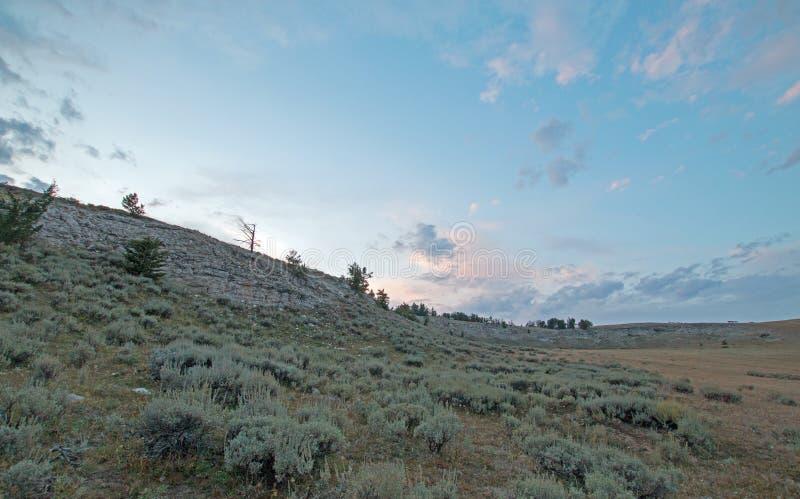 Por do sol sobre a garganta da xícara de chá nas montanhas na fronteira estadual de Wyoming Montana - EUA de Pryor foto de stock