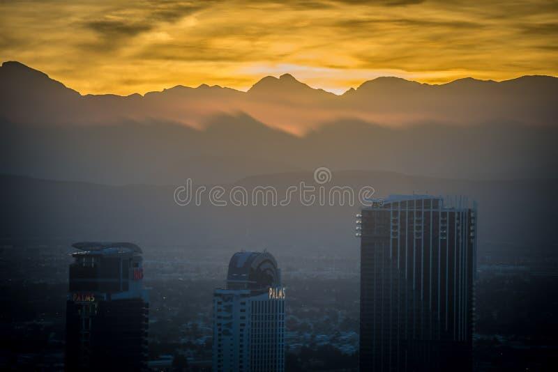Por do sol sobre a garganta vermelha da rocha perto de Las Vegas nevada imagens de stock