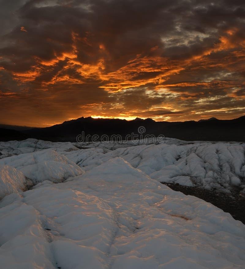 Por do sol sobre a geleira de Matanuska foto de stock