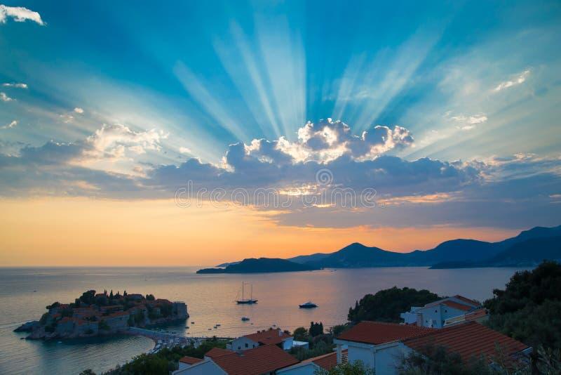 Por do sol sobre a ilha de Sveti Stefan, Montenegro foto de stock royalty free