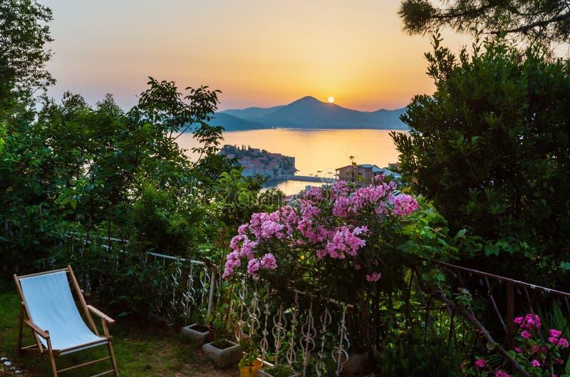 Por do sol sobre a ilhota Sveti Stefan do mar, Montenegro foto de stock royalty free