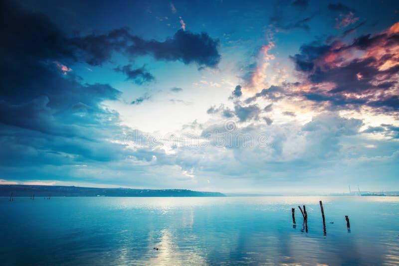 Download Por do sol sobre o lago foto de stock. Imagem de nuvens - 29841582