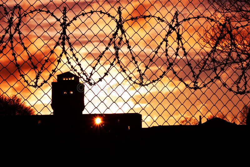 Por do sol sobre a jarda de prisão foto de stock royalty free