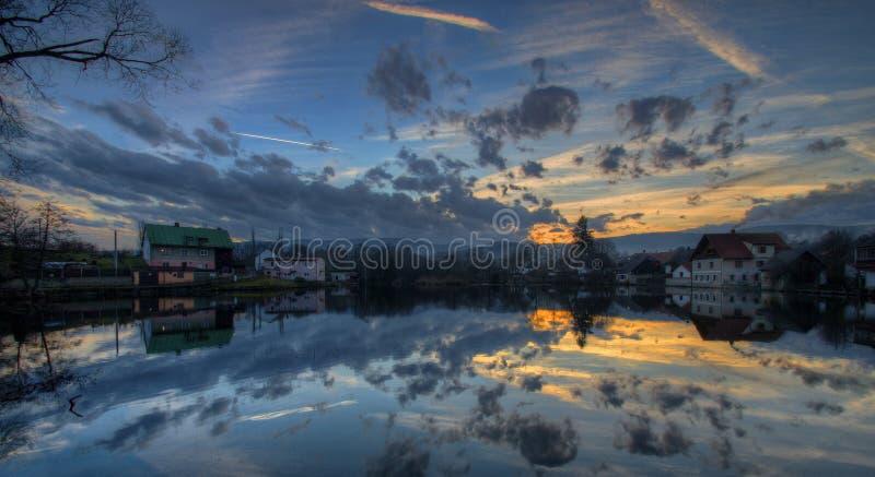 Por do sol sobre a lagoa imagem de stock