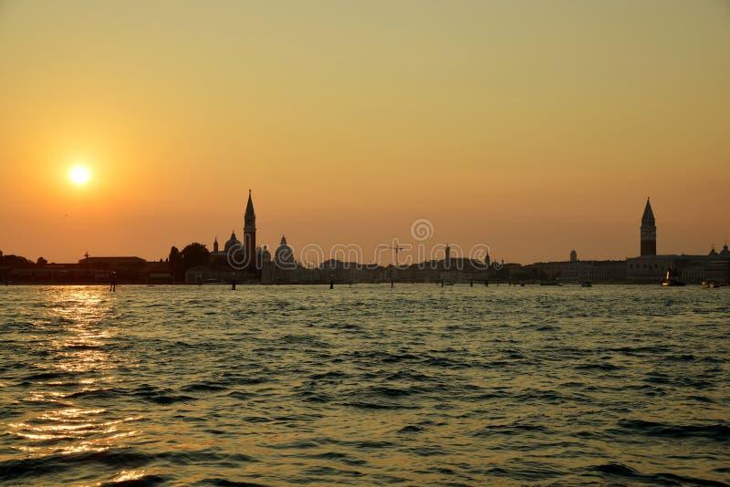 Por do sol sobre a lagoa de Veneza foto de stock