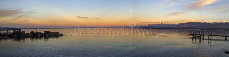 Por do sol sobre Leman ou lago geneva, Excenevex, França fotografia de stock