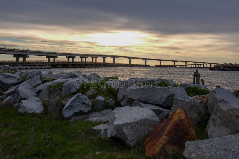 Por do sol sobre Marc Basnight Bridge ? ilha de Hatteras imagens de stock