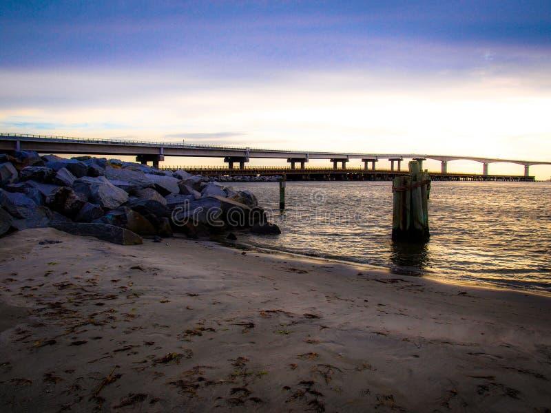 Por do sol sobre Marc Basnight Bridge ? ilha de Hatteras imagens de stock royalty free