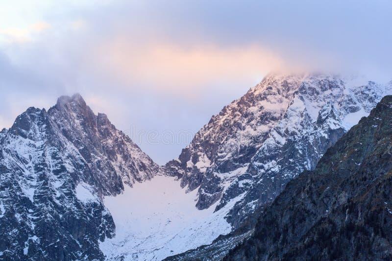 Por do sol sobre a montanha fotografia de stock royalty free