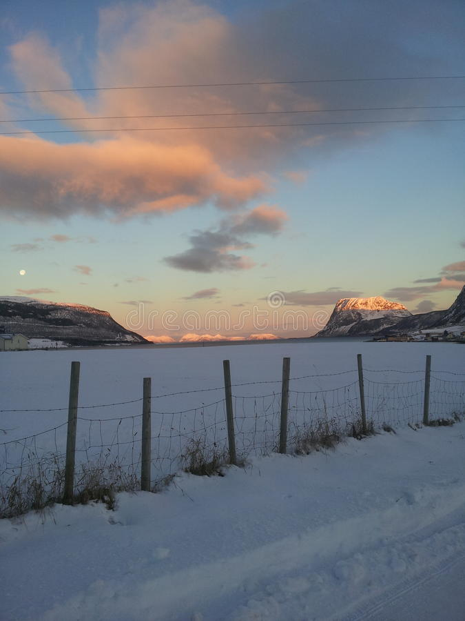 Por do sol sobre a montanha fotografia de stock