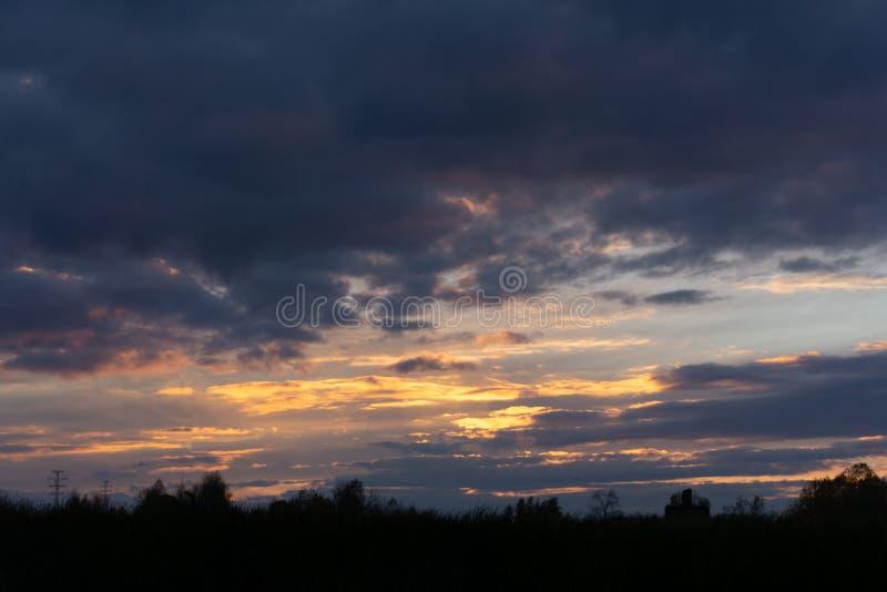 Por do sol sobre a montanha amarela crepuscular dos raios de sol do rio foto de stock