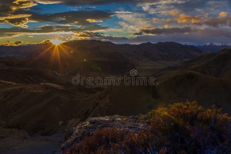 Por do sol sobre montanhas foto de stock royalty free