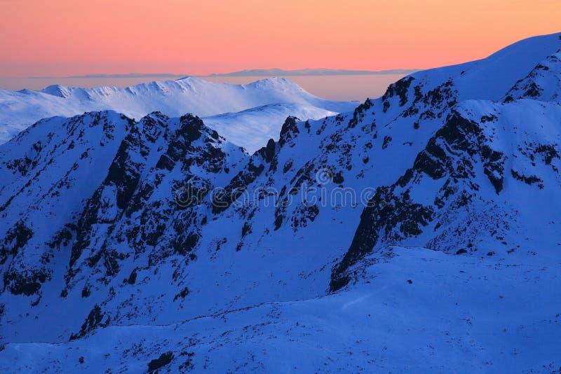 Por do sol sobre montanhas de Retezat imagens de stock