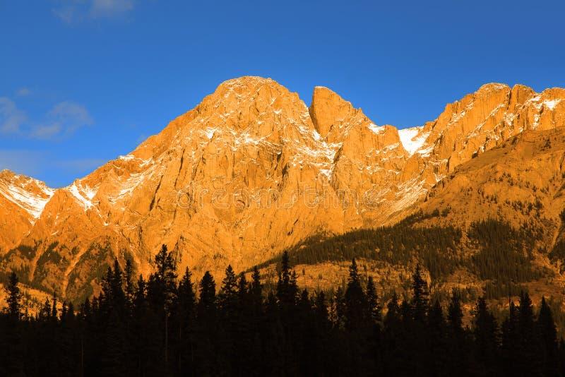 Por do sol sobre montanhas rochosas canadenses imagens de stock royalty free