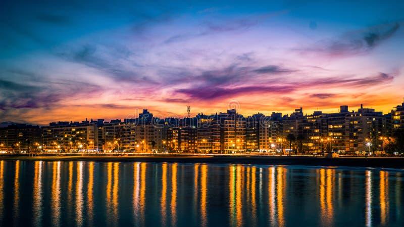 Por do sol sobre Montevideo imagens de stock royalty free