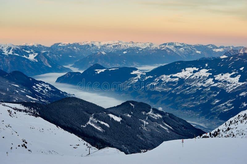 Por do sol sobre a nuvem, AUSTRIA/Kaltenbach da montanha fotos de stock