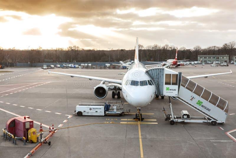 Por do sol sobre o aeroporto de Tegel fotografia de stock