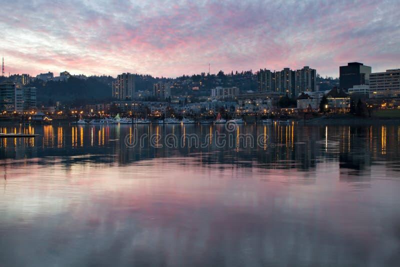 Por do sol sobre o beira-rio de Portland Oregon do porto imagem de stock