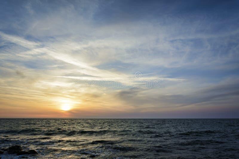 Por do sol sobre o céu do Mar Negro, dramático e vibrante imagens de stock royalty free