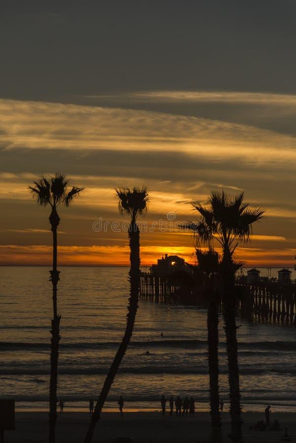 Por do sol sobre o cais do perto do oceano em Califórnia fotos de stock