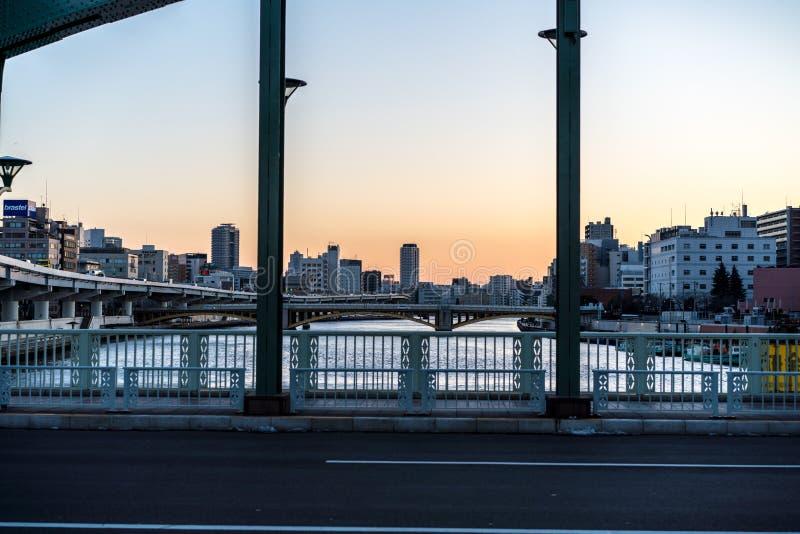 Por do sol sobre o canal da skyline do Tóquio foto de stock