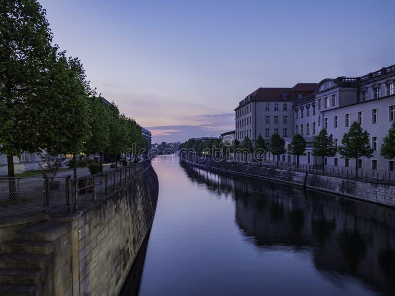 Por do sol sobre o canal de navio de Spandau, Berlim, Alemanha imagens de stock
