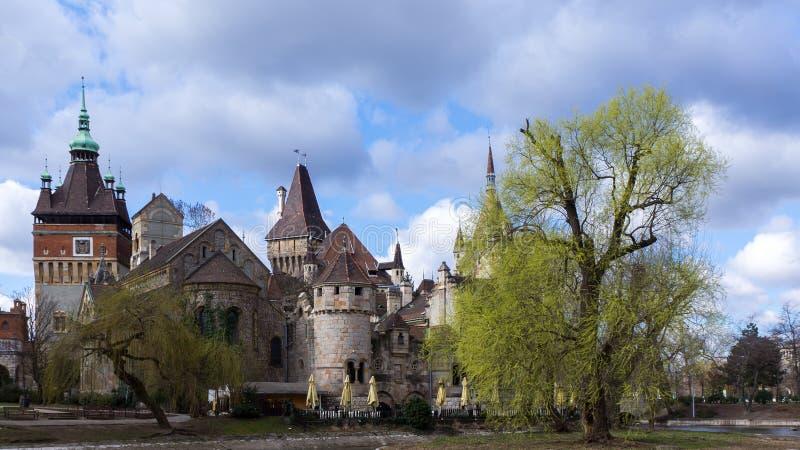 Por do sol sobre o castelo de Vajdahunyad no parque da cidade de Budapest, Hungria imagem de stock