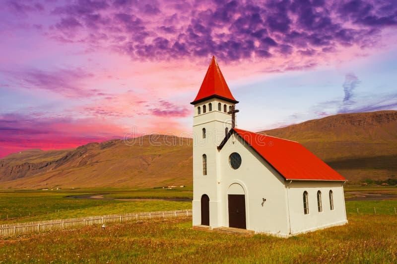 Por do sol sobre o chhurch na Islândia imagem de stock