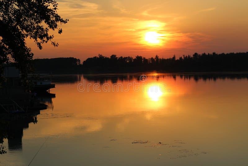 Por do sol sobre o Danúbio, Bulgária imagem de stock