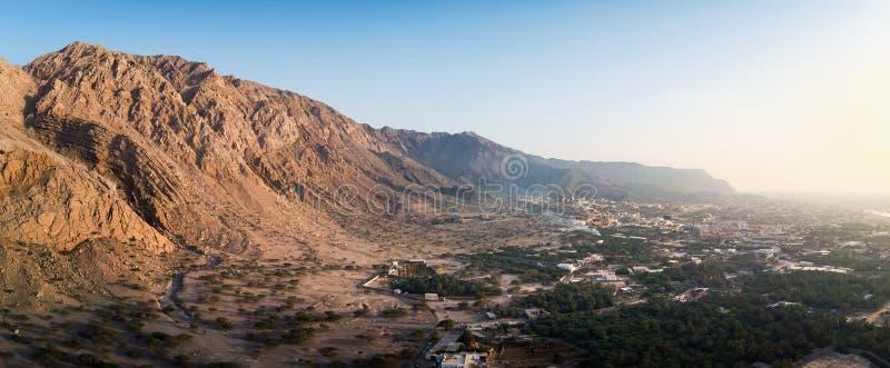 Por do sol sobre o deserto da rocha no emirado de Ras Khaimah nos UAE aéreos imagens de stock