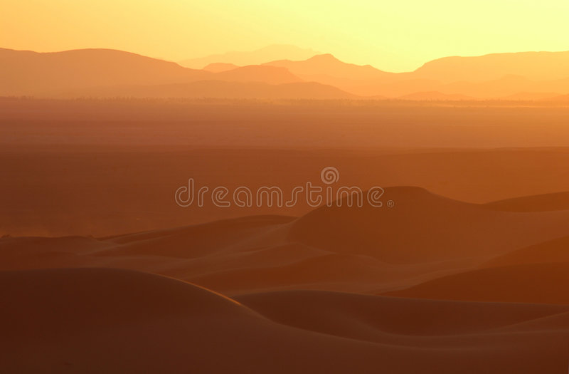 Por do sol sobre o deserto de Sahara foto de stock royalty free