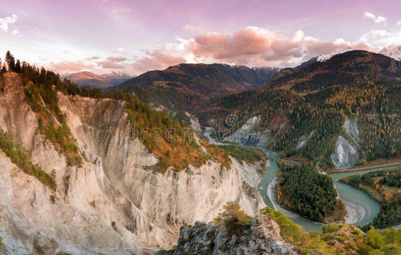 Por do sol sobre o desfiladeiro de Ruinaulta no vale do Reno de Suíça em um dia atrasado do outono fotos de stock royalty free