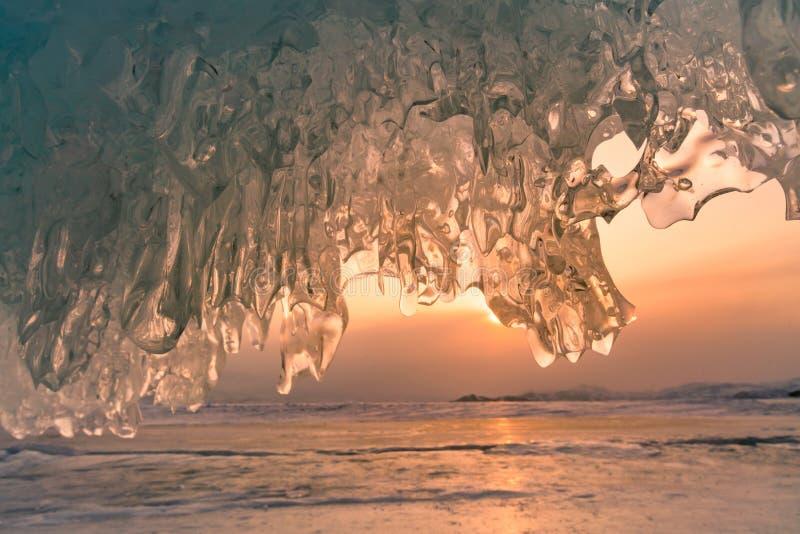 Por do sol sobre o gelo na caverna, estação do inverno de Baikal Rússia fotos de stock