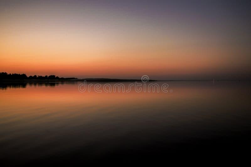 Por do sol sobre o golfo de Riga em Letónia foto de stock royalty free