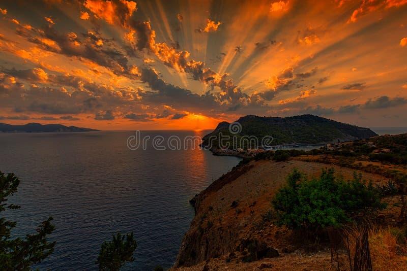 Por do sol sobre o _Kefalonia de Assos foto de stock