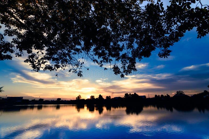 Por do sol sobre o lago fotos de stock royalty free