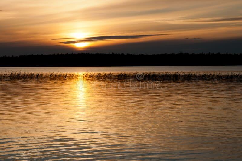 Por do sol sobre o lago. fotografia de stock royalty free