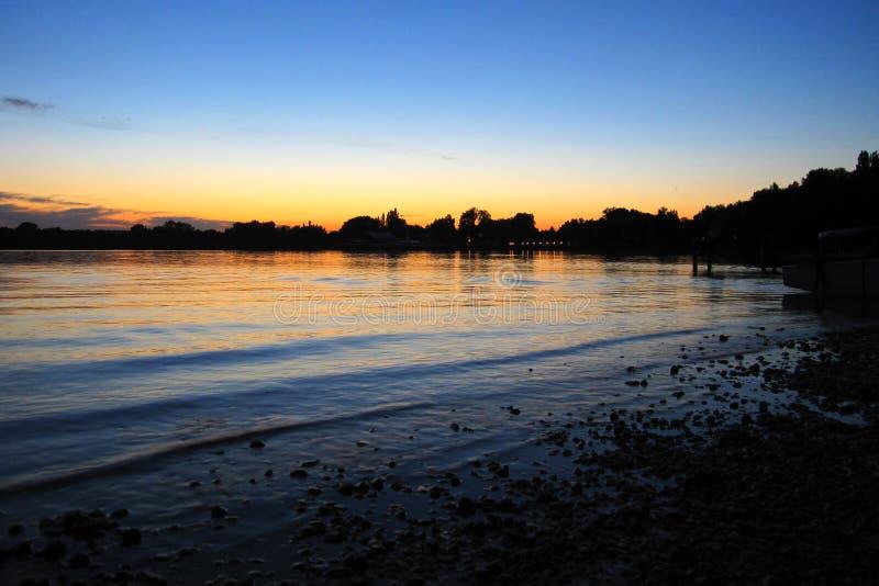 Por do sol sobre o lago imagem de stock royalty free
