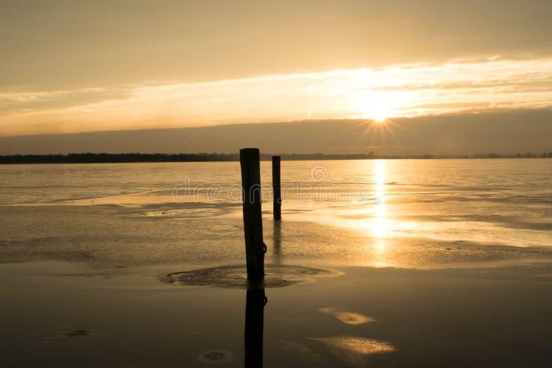 Por do sol sobre o lago fotos de stock