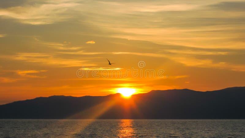 Por do sol sobre o Lago Baikal em Rússia fotografia de stock