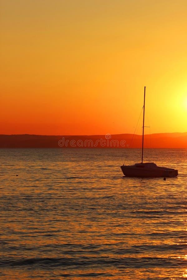 Por do sol sobre o lago com navio imagens de stock royalty free