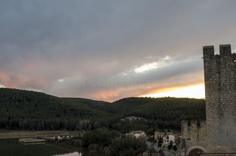 Por do sol sobre o lago e a floresta do castelo medieval em Catalonia fotografia de stock royalty free