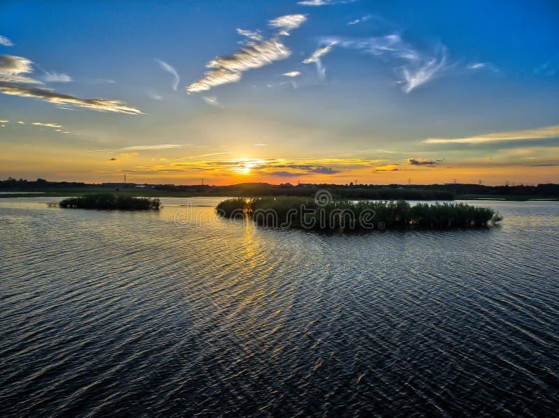 Por do sol sobre o lago em Brabrand fotos de stock royalty free