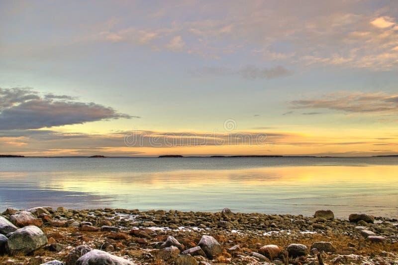 Por do sol sobre o lago em Lulea, Suécia fotografia de stock
